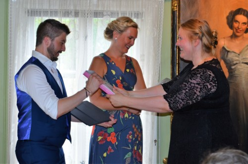 Stefan og Stina får takk- gode ord og bok fra Annika